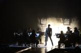 ストリングス隊を従えて熱唱する一幕も=『T.M.R. LIVE REVOLUTION'17 -20th Anniversary FINAL-』より