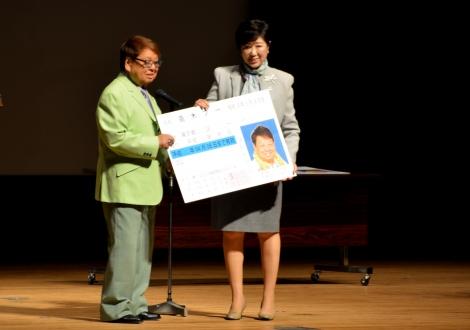 イベントにて運転免許証を小池百合子東京都知事に返納する高木ブー (C)oricon ME inc.