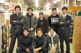 ドラマ『CRISIS』第6話のアクションシーンを終えて小栗旬(上段左)&西島秀俊(上段右)とアクションチームで記念撮影 (C)関西テレビ