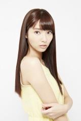 主人公に近づく同僚女性・石野柳子を演じる新川優愛
