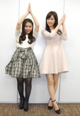番組MCの野澤美仁(左)とニョッキポーズする久慈暁子(右) (C)ORICON NewS inc.