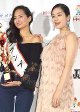 グランプリに輝いた青山学院大学3年・山賀琴子さん(左)とMCを務めた筧美和子=『Miss of Miss CAMPUS QUEEN CONTEST 2016』 (C)ORICON NewS inc.