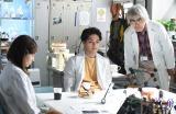 日本テレビ系連続ドラマ『フランケンシュタインの恋』に出演する二階堂ふみ、柳楽優弥、柄本明(C)日本テレビ