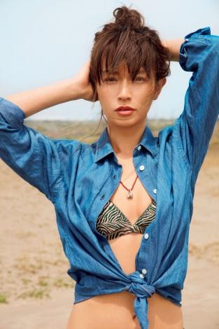 青いシャツを水着の上に着た長谷川京子