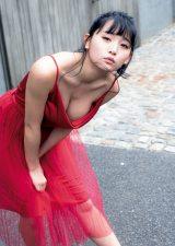 真っ赤な大人ドレスを披露した浅川梨奈 (C)LUCKMAN/ヤングマガジン