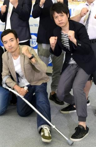 ひざを負傷し杖をついて登場したかもめんたる・岩崎う大(左)と相方の槙尾ユウスケ=『キングオブコント2017』開催発表会見 (C)ORICON NewS inc.