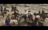モンゴル馬を乗りこなすコムアイ(中央)