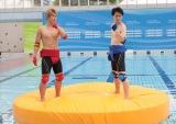 5月26日のテレビ朝日系バラエティー『金曜★ロンドンハーツ』は約2年ぶりに開催された「ロンハー水泳大会2017」の模様を放送。ブリリアン対決(C)テレビ朝日