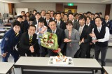 ドラマ『警視庁・捜査一課長』の撮影現場で内藤剛志の62歳誕生日をお祝い(C)テレビ朝日