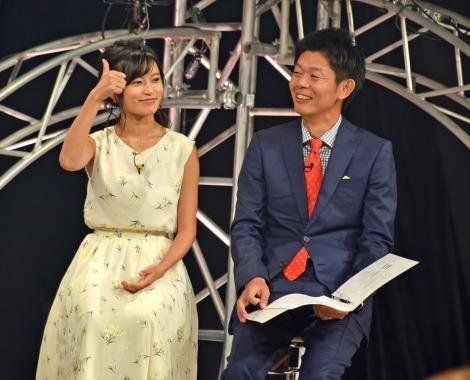 板野友美の新曲発売記念イベント司会を務めた(左から)小島瑠璃子、島田秀平 (C)ORICON NewS inc.