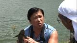 6月4日放送、ABC・テレビ朝日系スペシャル番組『めざせ!100%地球ギャラリーコレクターズ99』で沖縄の純淡水在来魚7種を探すスギちゃん。この写真のスギちゃんが手にしているのは外来魚(C)ABC