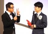 (左から)横山雄二アナウンサー、星野源=『第54回ギャラクシー賞』授賞式 (C)ORICON NewS inc.