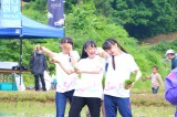 田植えで汗を流すNGT48のメンバーたち=「山越地域『小林幸子田(でん )』田植え」の様子 (C)AKS