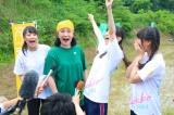 田植えで汗を流す小林幸子(右)とNGT48のメンバーたち=「山越地域『小林幸子田(でん )』田植え」の様子 (C)AKS