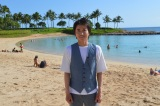 ハワイの海を背景に笑顔