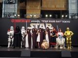 """東京・六本木ヒルズアリーナで開催された""""STAR WARS DAY"""" TOKYOの模様(左から)ストームトルーパー、カイロ・レン、Flower、池田美優、山本舞香、R2-D2、C-3PO(C)ORICON NewS inc."""