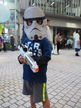 """東京・六本木ヒルズアリーナで開催された""""STAR WARS DAY"""" TOKYOの模様。お面を取ったお顔のほうがかわいかったのですが… (C)ORICON NewS inc."""