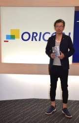 著書『ぬかよろこび』を持つ嬉野雅道ディレクター (C)ORICON NewS inc.