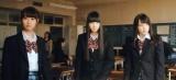 総選挙速報1位の荻野由佳(中央)がセンターを務める「出陣」MVより