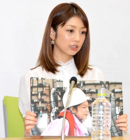 船酔い時の写真を紹介した小倉優子=『ニッポンを釣りたい!話題の芸能人!まさかの休日』制作発表 (C)ORICON NewS inc.