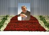 8000本の赤と白の花で映画俳優として歩んできたレッドカーペットをイメージして作成された松方弘樹さんの祭壇 (C)ORICON NewS inc.