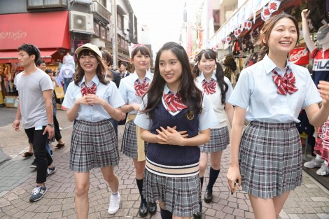 制服姿で竹下通りを歩いた土屋太鳳ら=映画『兄に愛されすぎて困ってます』の女子会
