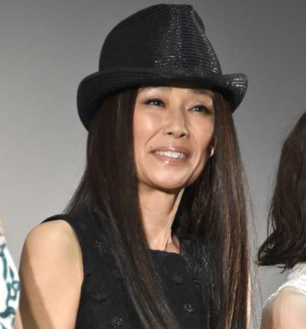 黒の帽子をかぶった萬田久子