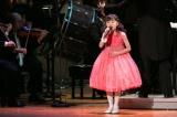 客の前で初めて「竜宮小僧のうた」を歌った新井美羽(C)NHK
