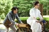 日本テレビ系連続ドラマ『フランケンシュタインの恋』第9話より(左から)綾野剛、二階堂ふみ (C)日本テレビ