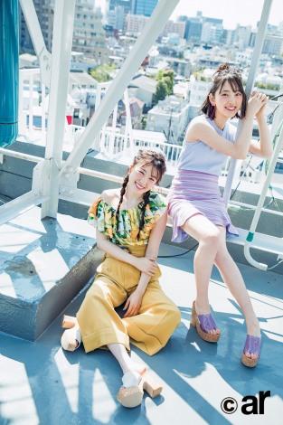 サムネイル 夏のデート服を着こなした高山一実(左)と堀未央奈=『ar』7月号