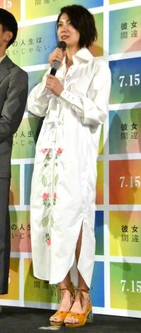 映画『彼女の人生は間違いじゃない』完成披露舞台あいさつに出席した瀧内公美