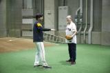 始球式を前に巨人・高橋由伸監督にアドバイスをもらう仲代達矢