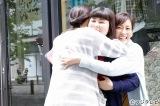 フジテレビ木曜劇場『人は見た目が100パーセント』3人での出演シーンの撮影終了を迎えた(左から)水川あさみ、ブルゾンちえみ、桐谷美玲 (C)フジテレビ