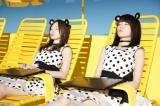 プールサイドでくつろぎながら爆睡(左から)白石麻衣、生田絵梨花