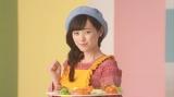 ベレー帽とエプロンを身につけ画家に扮し、野菜だけで「モナリザ」を制作した福原遥