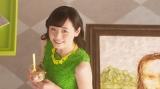 グリーンのワンピースに黄色のネックレスというフォーマルな装いの福原遥