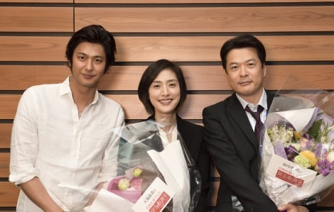 テレビ朝日系ドラマ『緊急取調室』主演の天海祐希はクランクアップでこの笑顔!(左から)速水もこみち、天海、田中哲司(C)テレビ朝日