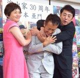 演出家生活30周年のパーティーを開いた宮本亜門氏(中央)と参加した市村正親(右)と大竹しのぶ (C)ORICON NewS inc.