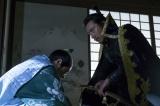 岡崎では緊張の面持ちの松平家康(阿部サダヲ)が織田信長(市川海老蔵)と面会していた(C)NHK