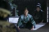 大河ドラマ『おんな城主 直虎』第24回より。岡崎では緊張の面持ちの松平家康(阿部サダヲ)が織田信長(市川海老蔵)と面会していた(C)NHK