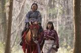 里に帰る乳母「たけ」(梅沢昌代)を馬で送った直虎(柴咲コウ)(C)NHK
