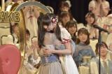 """ドラフトで指名してくれた""""恩人""""北原里英と抱き合ったNGT48荻野由佳(写真:島袋常貴)"""