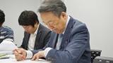 東京都議会議員選挙の候補者プロフィールをチェックする池上彰氏(C)テレビ東京
