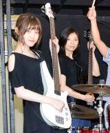 息の合ったギターセッションを見せた(左から)乃木坂46の松村沙友理、相楽樹 (C)ORICON NewS inc.