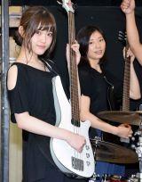 舞台『FILL-IN〜娘のバンドに親が出る〜』の公開けいこに参加した(左から)乃木坂46の松村沙友理、相楽樹 (C)ORICON NewS inc.