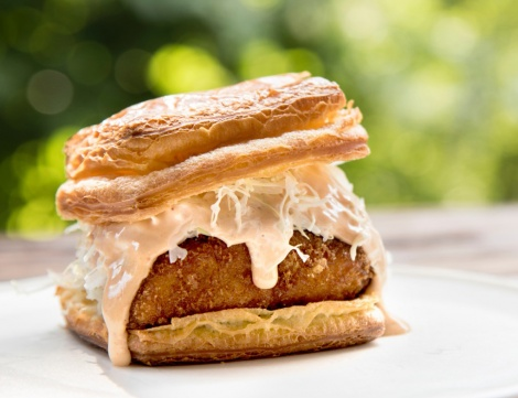 サムネイル 2日間のみ販売される『プレミアム チキンカツレツ サンドイッチ』(税抜価格:1300円)
