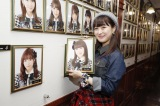 AKB48劇場の壁掛け写真を外す伊豆田莉奈(C)AKS