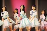 田野優花(中央)が主演する映画『リンキング・ラブ』の劇中写真が公開。「恋するフォーチュンクッキー」などAKB48の楽曲を披露している (C)2017 AiiA Corporation