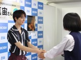 2nd写真集『20/7(トゥエンティー・セブン)』(ワニブックス)発売記念握手会の模様