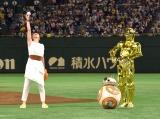 フォースの力をためる永宝千晶(左)と見守るBB-8とC-3PO (C)ORICON NewS inc.